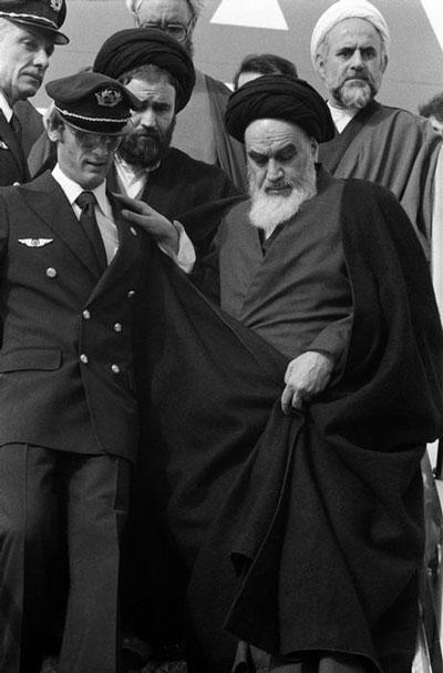 12بهمن سال1357 ساعت9.30 دقیقه بامداد بود که امام پا به ایران گذاشت امامی که نه برگشت می شناخت و نه توقف، مقدماتی راهی را هم که در پیش گرفته بود از قبل فراهم کرده بود.